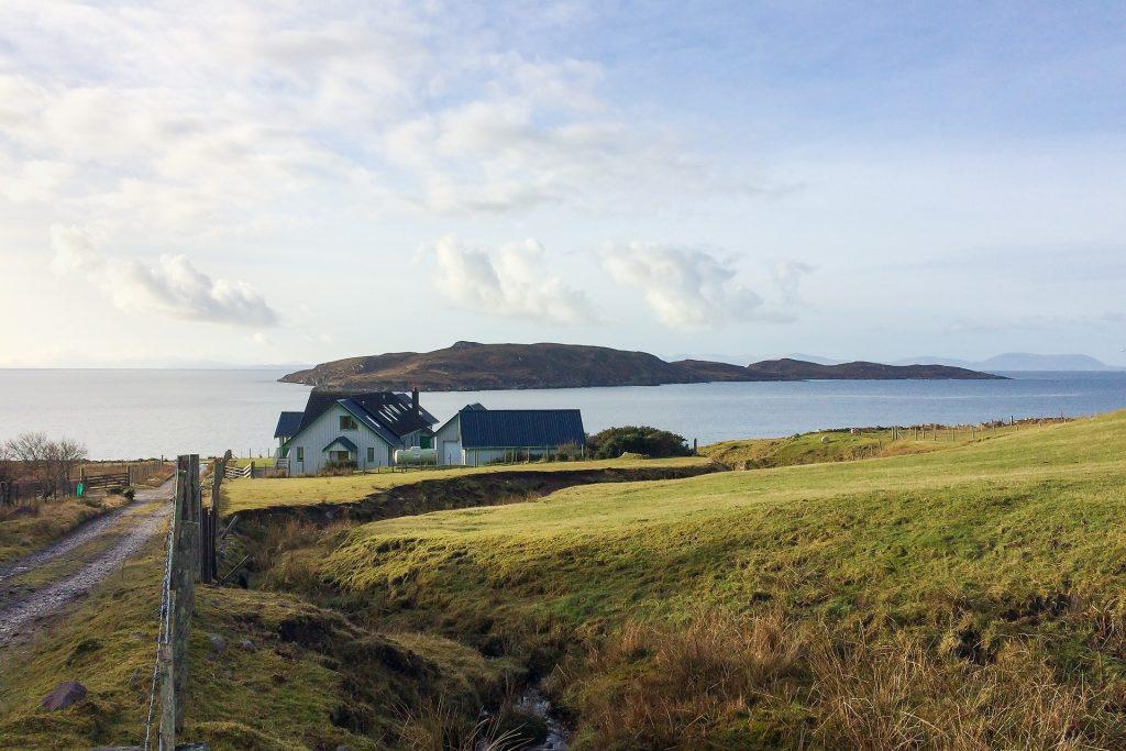 Big Sand House mit Blick auf Longa und Skye im Hintergrund.