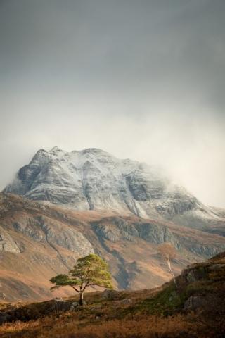 Schneetreiben über Slioch, Loch Maree, Schottland