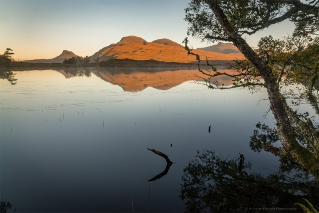 Stiller Sonnenaufgang, Loch Cul Drommanan, Assynt, Schottland