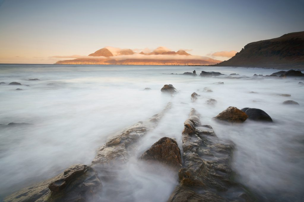Morgen Gold bei Flut, Insel Eigg, Schottland
