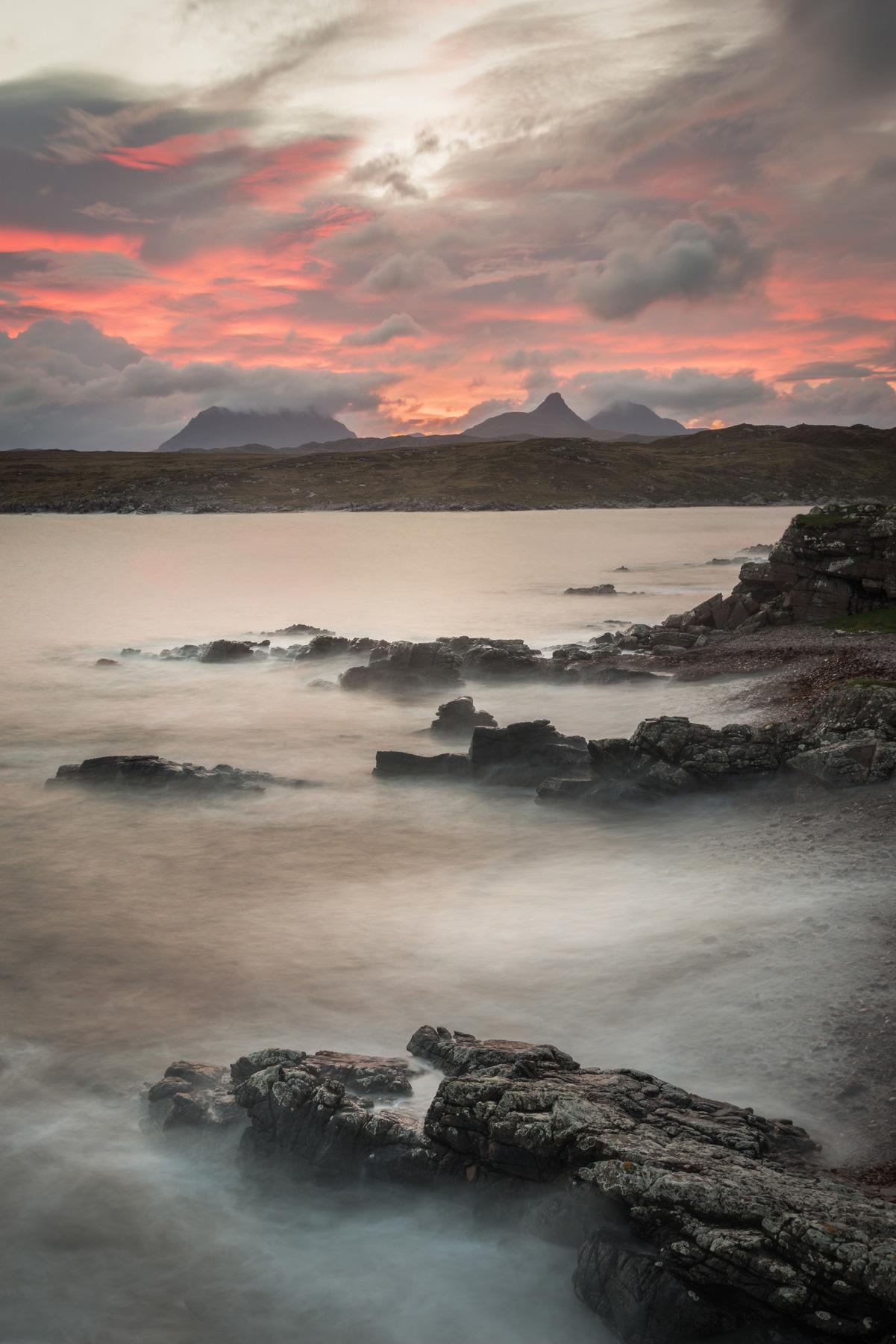 Roter Sonnenaufgang, Achnahaird, Assynt, Schottland