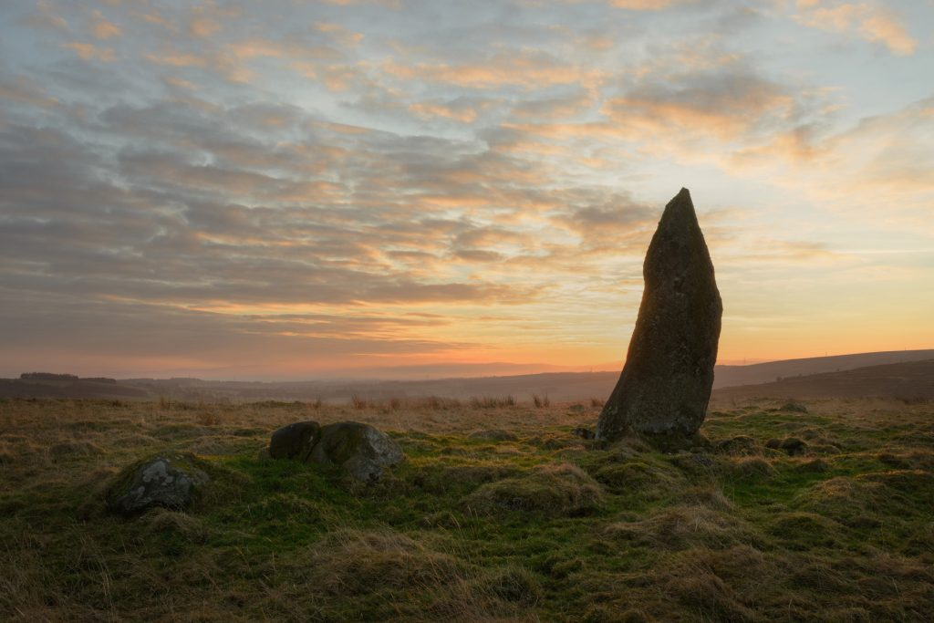 Standing Stone Sonnenaufgang, Strathearn, Schottland