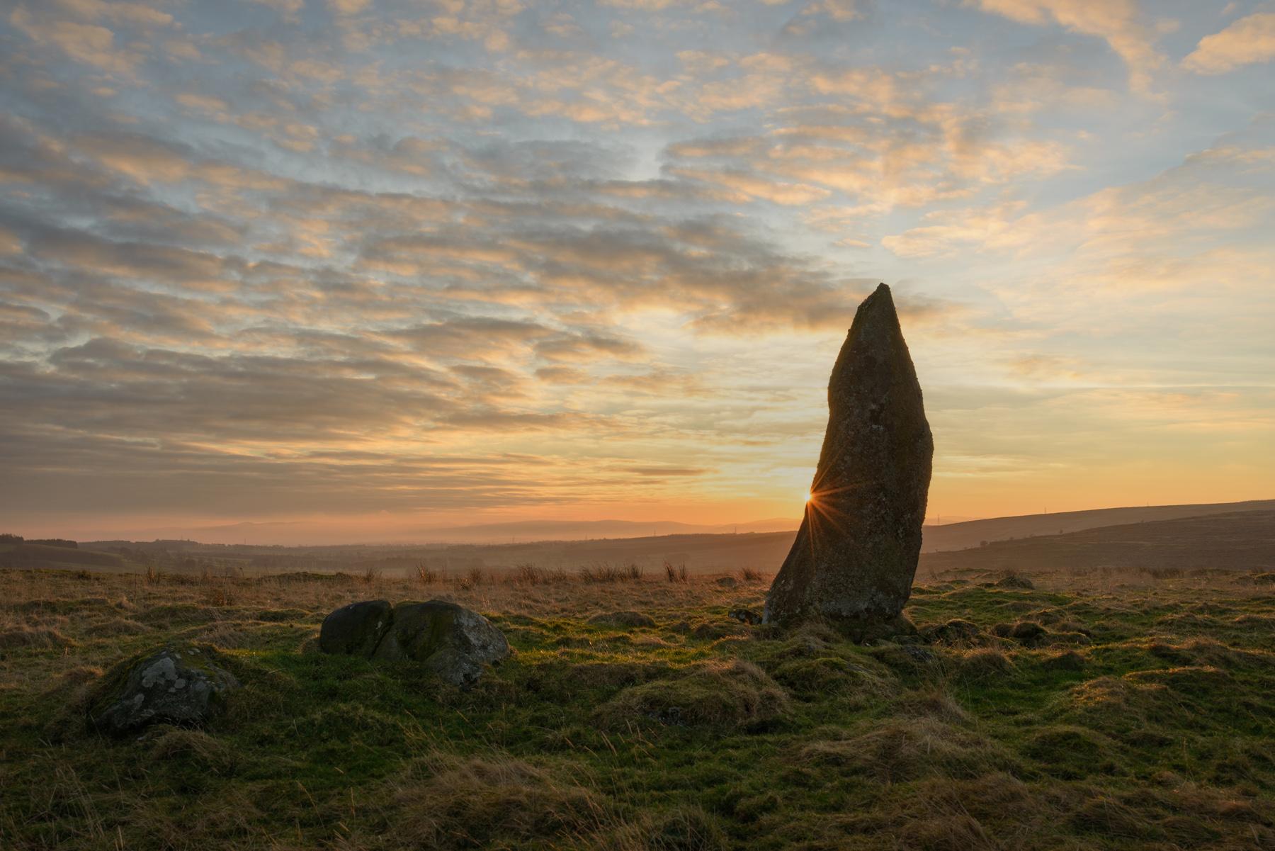 Standing Stone Sonnenaufgang, Schottland